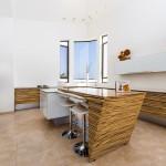 מטבח מעוצב מודרני אסימטרי. בית אלעזרי