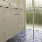 ארון אמבטיה לבן מעץ