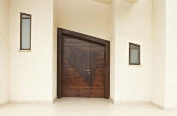 דלת כניסה מעץ מלא